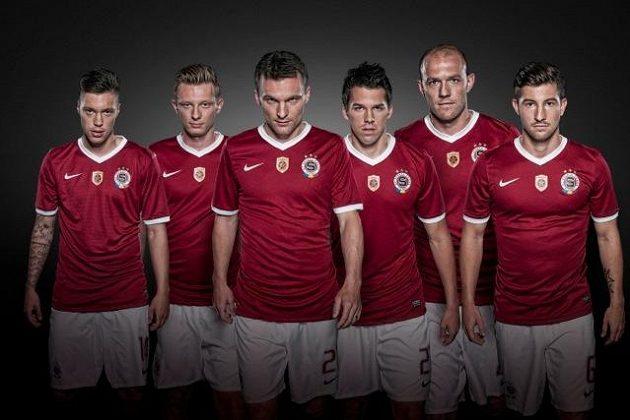 Nový kapitán David Lafata (třetí zleva) povede Spartu v nových dresech za trofejí, na kterou si už dlouho nesáhla...