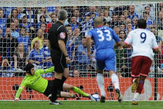 O týden později chytil Petr Čech penaltu Boatengovi, Chelsea ve finále FA Cupu porazila 1:0 Portsmouth a završila double.