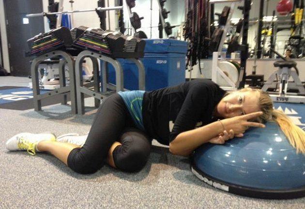 Šarapovová odpočívá po náročném tréninku.