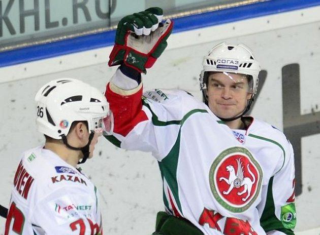 Hokejisté Kazaně Janne Pesonen (vpravo) s Jarkko Immonenem se radují z gólu do sítě Lva Praha.