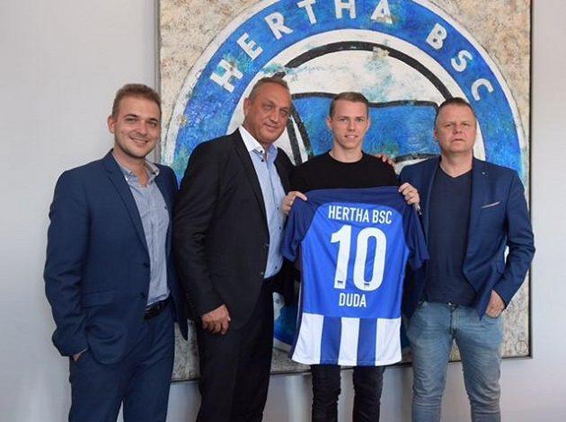 Ondrej Duda s dresem nového týmu, druhý zleva je jeho manažer Pavel Zíka.