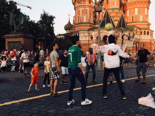 Před chrámem Vasila Blaženého se žongluje a kouzlí s míčem...