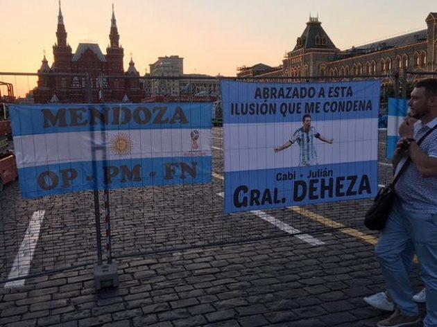 Messi, stejně jako papež František vyvedení na prostěradlech na zátarasech kolem Kremlu.