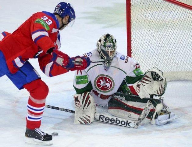 Zdeno Chára ze Lva zakončuje před Emilem Garipovem z Kazaně.