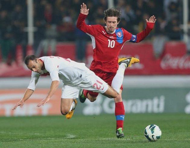 Kapitán české reprezentace Tomáš Rosický bojuje o míč s domácím Toprakem Ömerem.