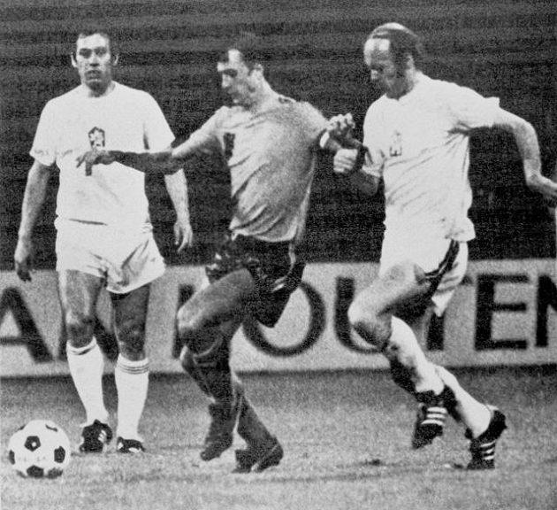 Jaroslav Pollák (vpravo) v souboji s Johanem Cruyffem v utkání československých fotbalistů proti Nizozemsku na ME v roce 1976. Vlevo přihlíží Jozef Móder.