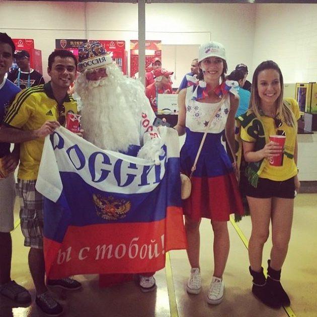 Děduška Moroz a Sněhurka - dvojice, které koupil lístky na zápas s Koreou ruský fotbalista Žirkov. Moc štěstí mu nepřinesla, protože až po jeho vystřídání sborná vyrovnala.