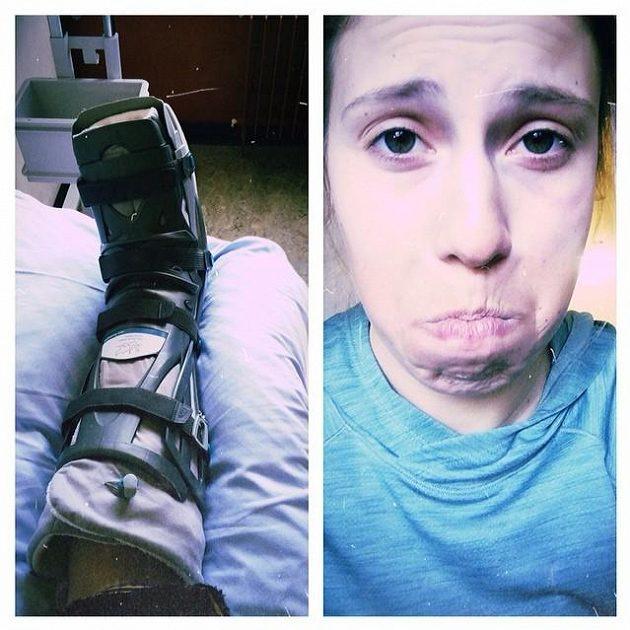 Zafixovaná poraněná noha a pochmurný výraz v obličeji teď nejvíce vystihují pocity snowboardistky Evy Samkové.