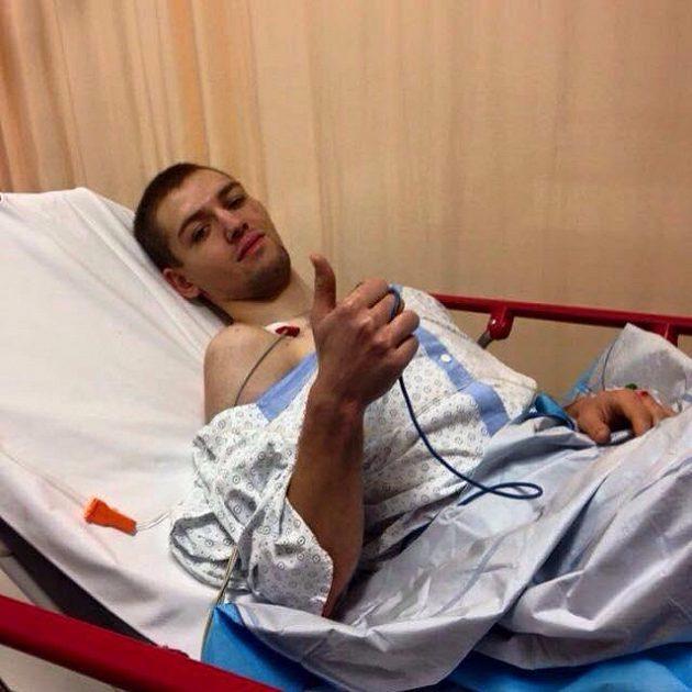 Cyklista Arnold Fiek už se zotavuje po těžkém pádu.