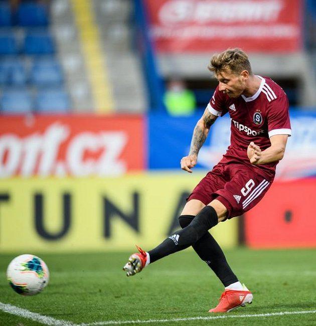Ladislav Krejčí starší ze Sparty Praha střílí gól na 4:0 během utkání v Liberci.