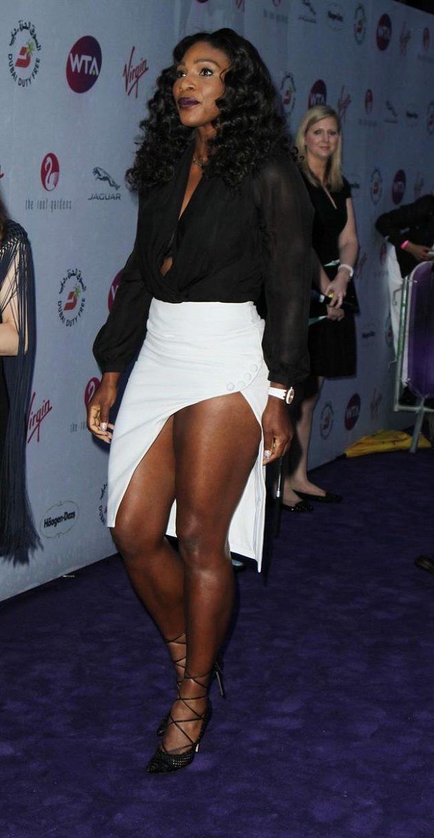 Američanka Serena Williamsová a její mohutný rozparek.