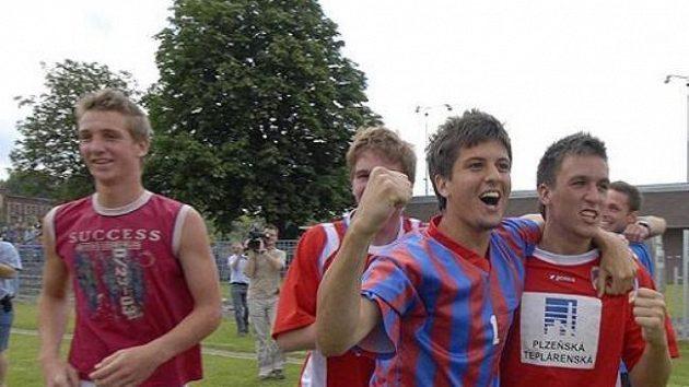 Fotbaloví dorostenci Viktorie Plzeň se radují ze zisku titulu