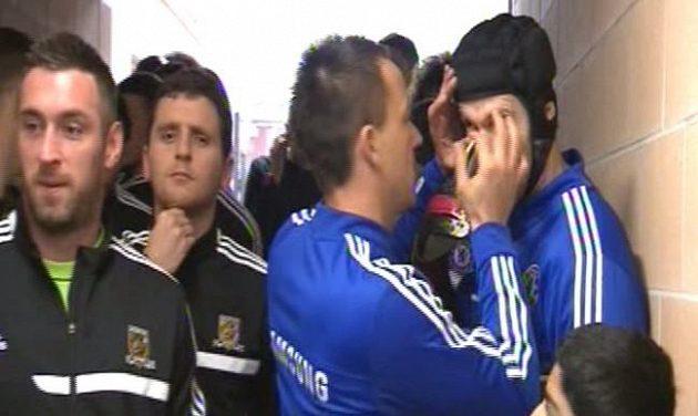 Kapitán Chelsea John Terry pomáhá Petru Čechovi vyndat řasu spadlou do oka před utkání s Hullem.