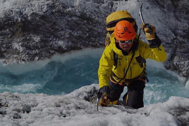 Marek Holeček bojuje s ledovou stěnou v pohoří Karákóram.
