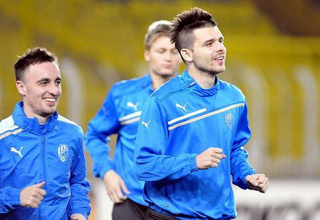 Fotbalisté Plzně Michal Ďuriš (vpravo) a Martin Zeman při tréninku na stadiónu Fenerbahce. Tribuny budou stejně vypadat i při čtvrtečním utkání.