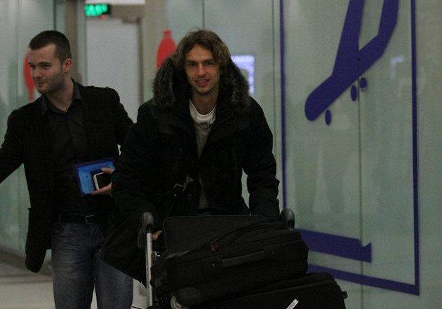 Marek Jarolím po příletu do Číny v doprovodu svého agenta.