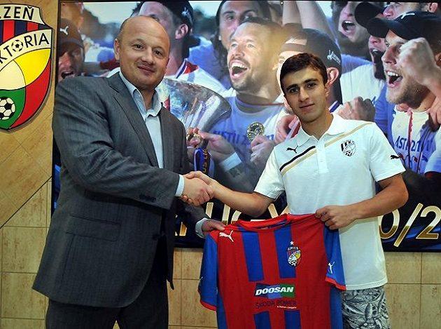 Jedenadvacetiletý arménský reprezentant Edgar Malakjan po podpisu smlouvy s generálním manažerem plzeňské Viktorie Adolfem Šádkem.