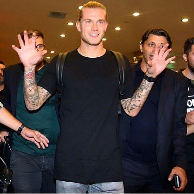 Fotbalový brankář Loris Karius po svém příletu do Instanbulu.