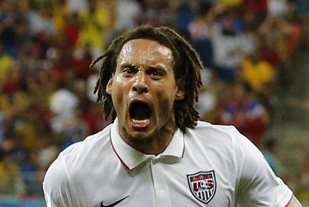 Americký záložník Jermaine Jones slaví gól proti Portugalsku.