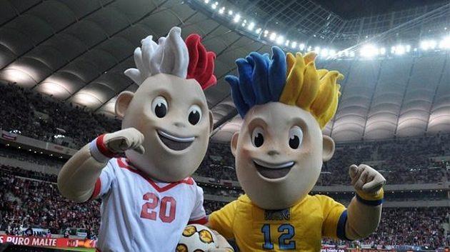 Maskoti ME 2012 na fotbalovém stadiónu ve Varšavě