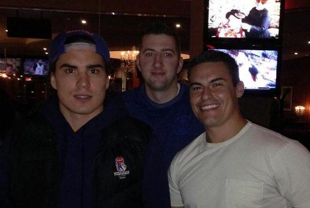 Nail Jakupov (vlevo) v restauraci, kam vzal bezdomovce.