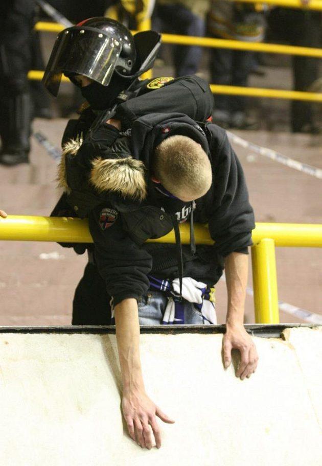 Policie zadržuje mladíka, který dýmovnici hodil.
