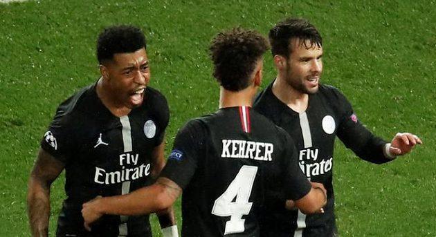 Juan Bernat (vpravo) z PSG se raduje z gólu proti Manchesteru United.