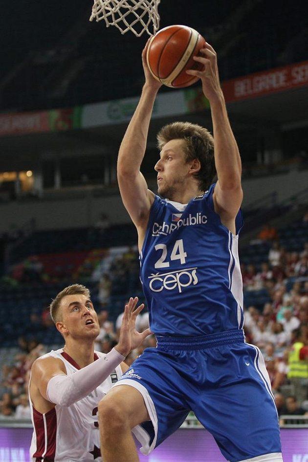 Pivot Jan Veselý duel s Lotyši kvůli pěti osobním chybám nedohrál.