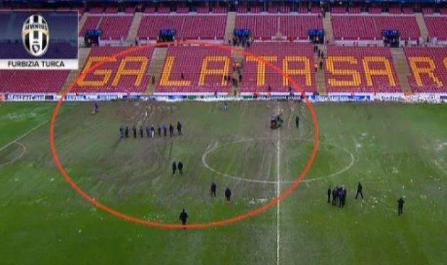 Levá polovina hřiště, na kterou v druhém poločase útočil Juventus, spíše připomínala ornou půdu.