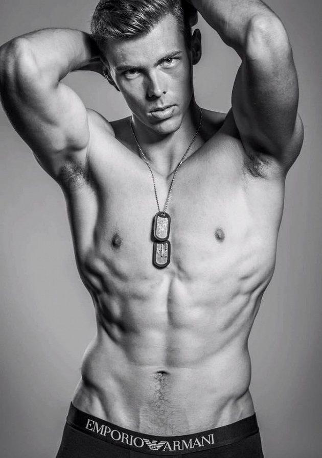 Adam Sebastian Helcelet by se mohl živit i jako model.