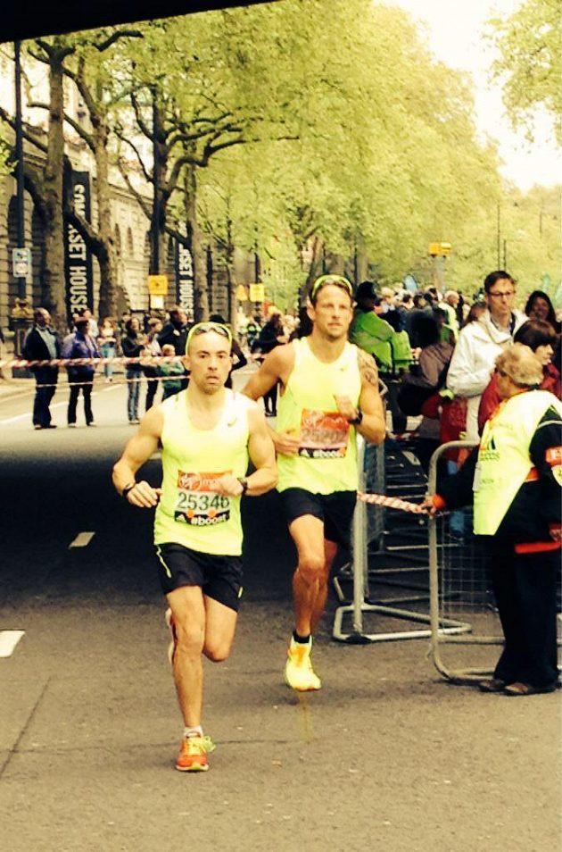 Jenson Button (vpravo) a James Cracknell při londýnském maratónu.