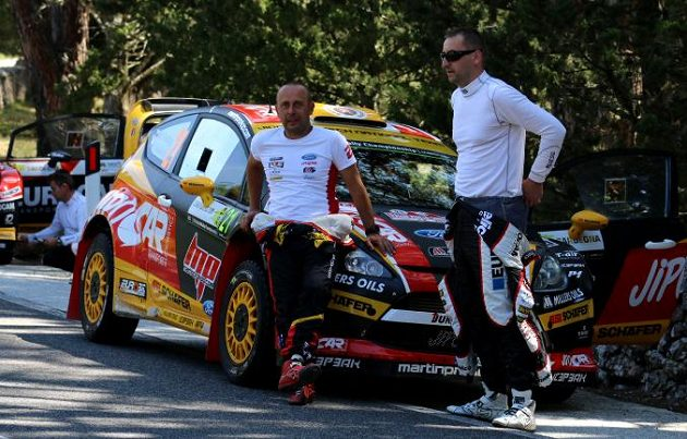 Jan Tománek (vlevo), navigátor Martina Prokopa, v rozhovoru s polským závodníkem Kubicou během Italské rallye.