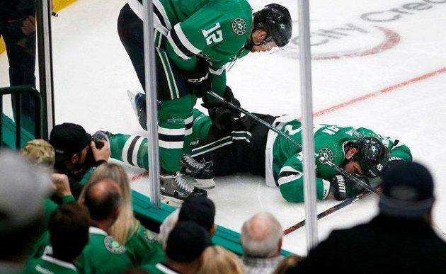 Český obránce Roman Polák ve službách Dallasu leží na ledě poté, co v utkání proti Bostonu narazil hlavou do mantinelu.