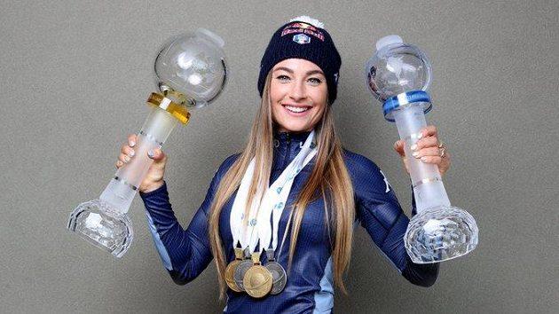 Zimní ustrojení si musela vzít i na červnové pózování s trofejemi a medailemi ze sezony 2020/2021.