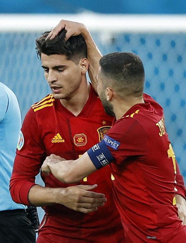 Střelec španělského gólu Álvaro Morata (vlevo) přijímá gratulace od spoluhráče Jordiho Alby.