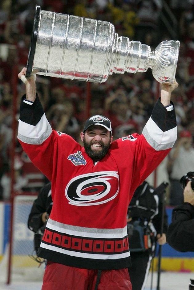 Bret Hedican v roce 2006 s Carolinou vyhrál Stanley Cup.