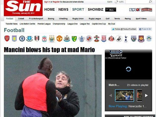 Kouč Manchesteru City Roberto Mancini (vpravo) si na tréninku vjel do vlasů s Mariem Balotellim. Snímky incidentu poté zveřejnil deník The Sun.
