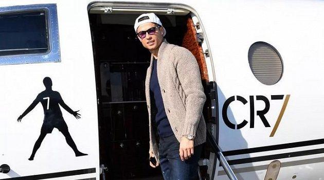 Cristiano Ronaldo nastupuje do svého letadla