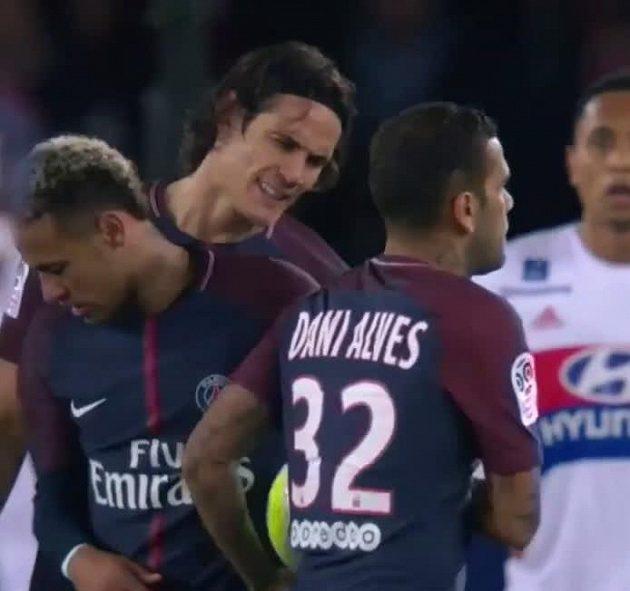 Do rivality mezi Cavanim a Neymarem se vložil i Dani Alves.
