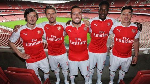 Tomáš Rosický (vlevo) byl jedním z pěti protagonistů nových dresů fotbalistů Arsenalu pro sezónu 2015/16.