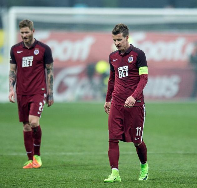 Fotbalisté Sparty Lukáš Mareček (vpravo) a Ondřej Mazuch po porážce v Mladé Boleslavi.