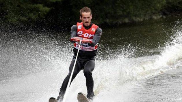 Skokan na lyžích Jakub Janda lyžoval na vodě