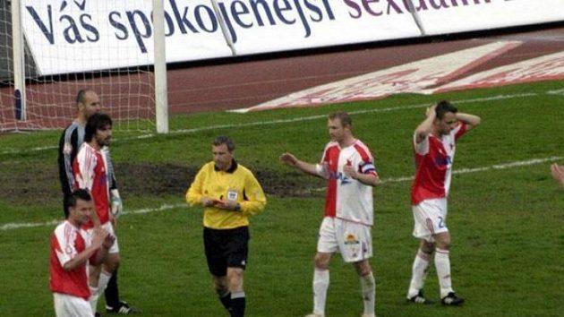 Rozhodčí Jaroslav Jára vylučuje slávistu Mateje Krajčíka (druhý zleva) během utkání proti Liberci.