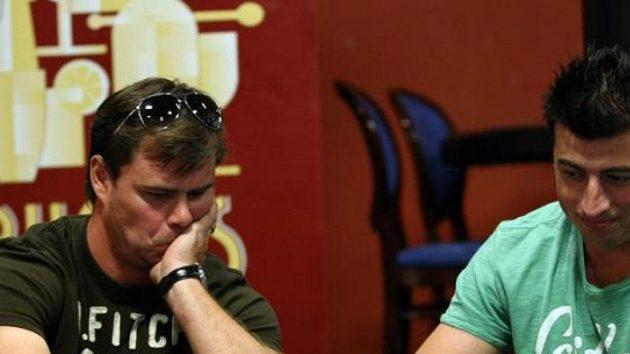 Jaroslav Špaček (vlevo) a Tomáš Kaberle při charitativním pokerovém turnaji.