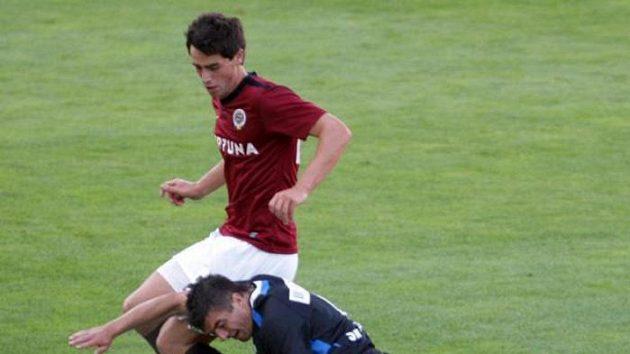 Sparťanský fotbalista Vacek v souboji s kladenským soupeřem