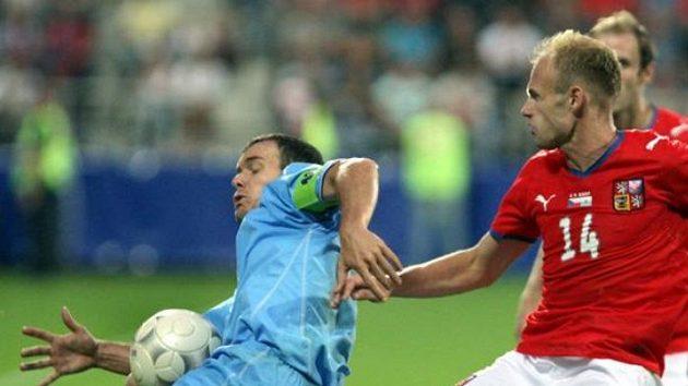 Fotbalista David Jarolím v souboji se Selvou ze San Marina