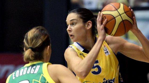 Sandra Le Déanová z USK Praha (vpravo) v duelu Euroligy s maďarskou Šoproní.