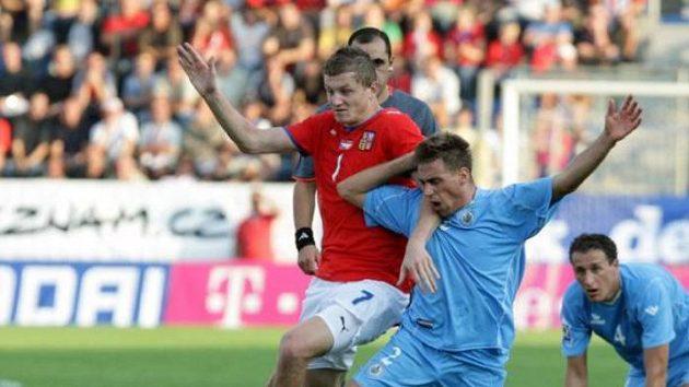 Tomáš Necid (v červeném) se probíjí mezi hráči San Marina.