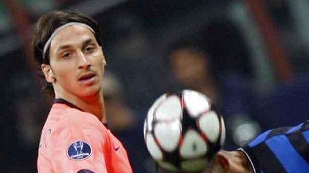 Walter Samuel z Interu Milán hlavičkuje před útočníkem Barcelony Zlatanem Ibrahimovicem