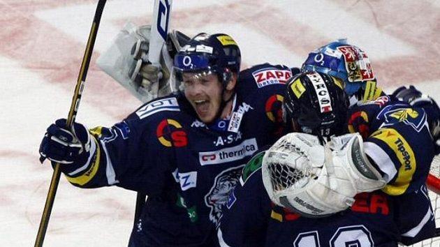 Vítězná radost hokejistů Liberce po pátém utkání čtvrtfinále play-off na ledě Plzně.